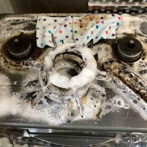 《こすらずに泡スプレーでコンロ周りの汚れはどこまで落とせるか挑戦!》