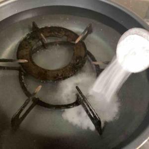 《年季の入った油だらけの五徳をセスキで煮洗いしました!》