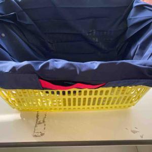 《マーナのたったまま畳める「Shupatto」シュパットをレジカゴ用エコバッグに使っています》