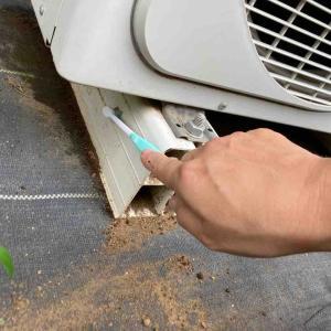 《エアコン室外機の掃除、たった10分で効き目や電気代に変化も。簡単なやり方は?》