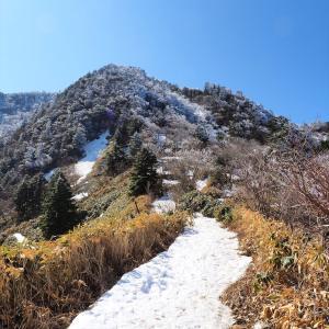 残雪期の石鎚山登山天狗岳山頂まで