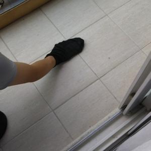 靴下でベランダ掃除