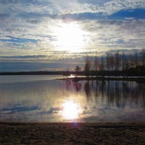 晴れ間の湖