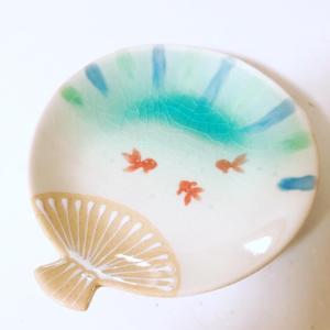 金魚が泳ぐ、団扇の形の銘々皿。
