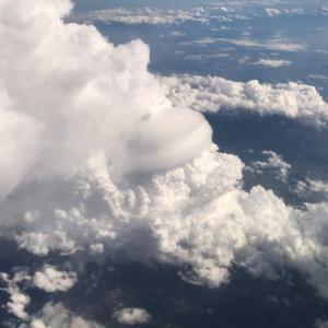一筆書きのコックさんみたいな雲