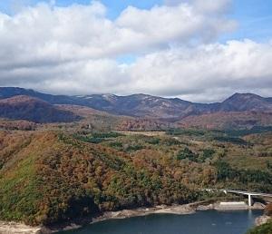冬を感じる焼石連峰と紅葉見事な栗駒焼石ほっとライン