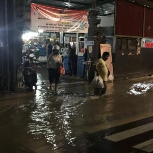 パサールパギ入り口、再びの大バンジール(洪水)