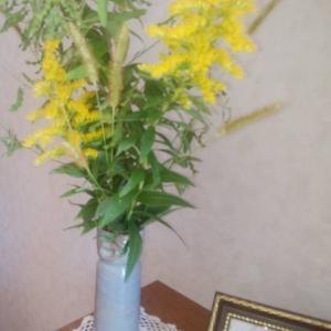 マミママ、野のお花で玄関をデコ