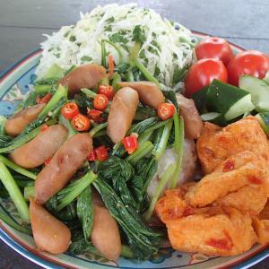 今日のぼっち自宅ランチは「小松菜とウィンナーのガリバタ炒め丼」
