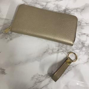 長財布とキーホルダー