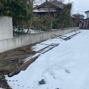 強風で倒れた壁の撤去作業風景