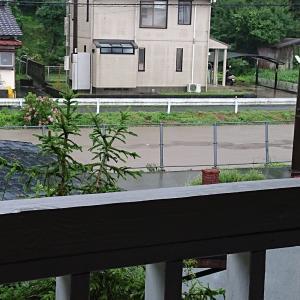 家の前の川が溢れるかも&避難警報鳴りっぱなし