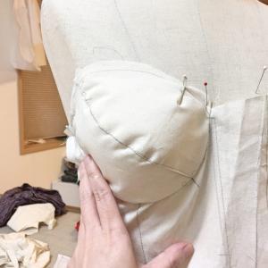 型紙の仕事★ブラカップ付きのビスチェ★トワル組みながら苦戦中