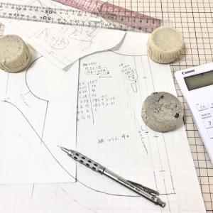 型紙の仕事★犬服ワンピ★デザイン描きながらパターンを起こします