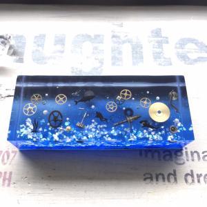海中に沈んだ時計パーツキューブ