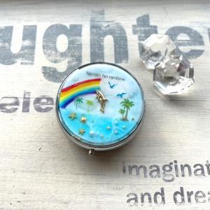 イルカと虹のピルケース