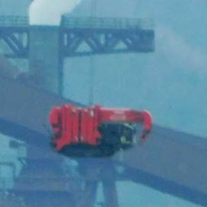 呉に巨大な船2隻建造 重機船に運ばれる
