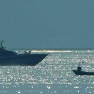 白いベールがかかった海 船が銀幕シルエットに映る