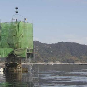 緑のシート海に浮かぶ 笠磯灯標工事始まる