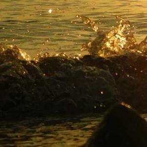 はじける波夕日に輝く 沈んだ太陽海を染める