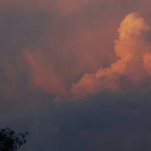 例年より早く梅雨明け 白い雲 空に流れる