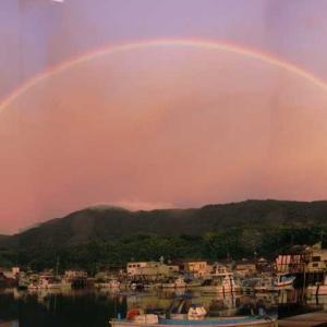 西の空に大きな虹 雨を予感する朝焼けの空