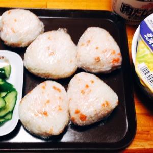 鮭おにぎりとカップ麺ランチ♪( ´▽`)