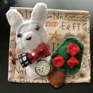 ウサギとバラの木のブローチ