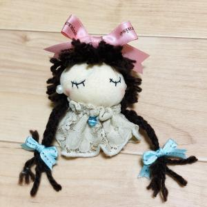 人形のブローチ