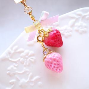 2粒苺のキーホルダー【販売中】なんばマルイ2階 うる☆かわ by 手作市場