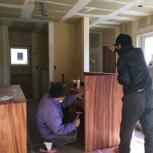 【那須の平屋の家】木製キッチンの設置