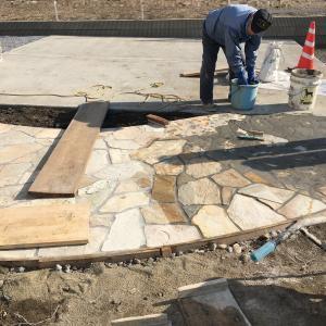 外構工事、素敵な石張りのアプローチ