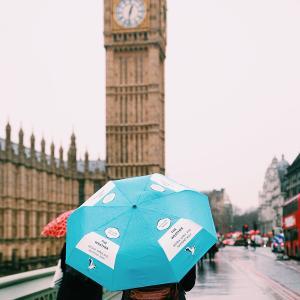 今日は傘の日 濡れても平気なイギリス人