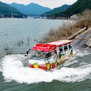 長野原で水陸両用バス初入水