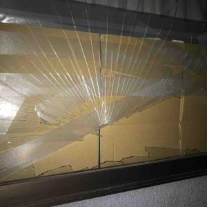 窓ガラスにA3キャリアささる…