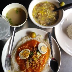フィリピンのおいしそうなルンピアとパンシットのケーキ