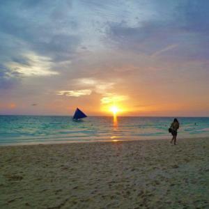 地元の人に貸し切りのボラカイ島のきれいなホワイトビーチ