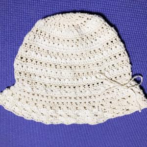 母の編み残しの糸で帽子を編む