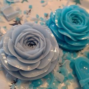 ブルーのバラを彫っています。
