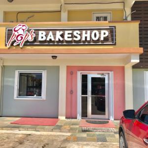 """ポップスベイクショップで朝食を調達/ Beloved Bakery of South Guam,""""Pop's Bakeshop"""""""