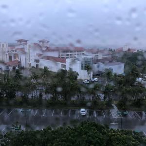 異常な列とグアムでの買い物事情 & 日曜は雨/ Holy Batman!! & Grilling in a rain