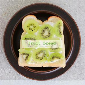 今日の朝ごはん 大好きなフルーツ&生クリームをたっぷりのっけてシアワセごはん♡