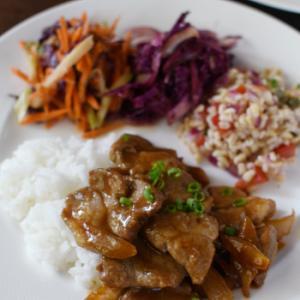 厚切り豚肉の甘辛炒めと、カラフルな副菜3品
