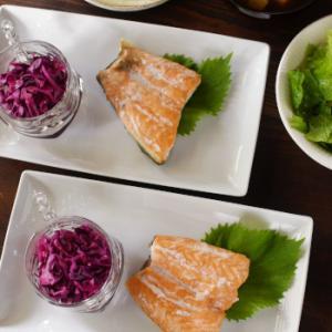 オーブン焼きサーモンが主役の和風な食卓