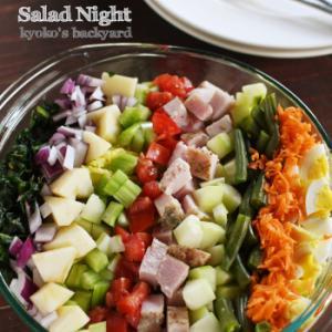 具だくさんの大盛りサラダとケサディーヤ