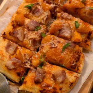 バターナッツスクワッシュとベーコンのピザ