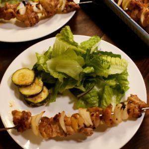オット作のチキンと玉ねぎの串焼き