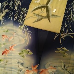 金魚の着物にオモダカの帯