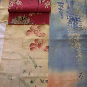花の着物にツバメの帯と藤の羽織