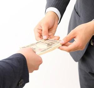 低年金者向けに支給される年金生活者支援給付金の所得基準額の変更と、改正による給付変化の計算事例。